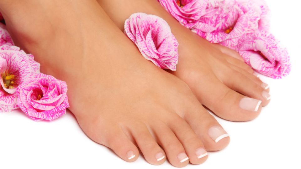 PEDICURE WITH NAIL POLISH