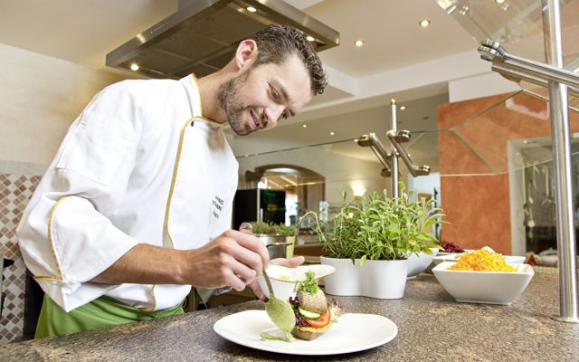 Kochstation mit Chefkoch